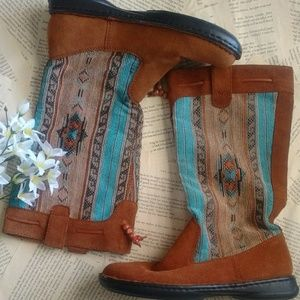 Minnetonka Leather & Embroidery Moccasin Boots 7.5